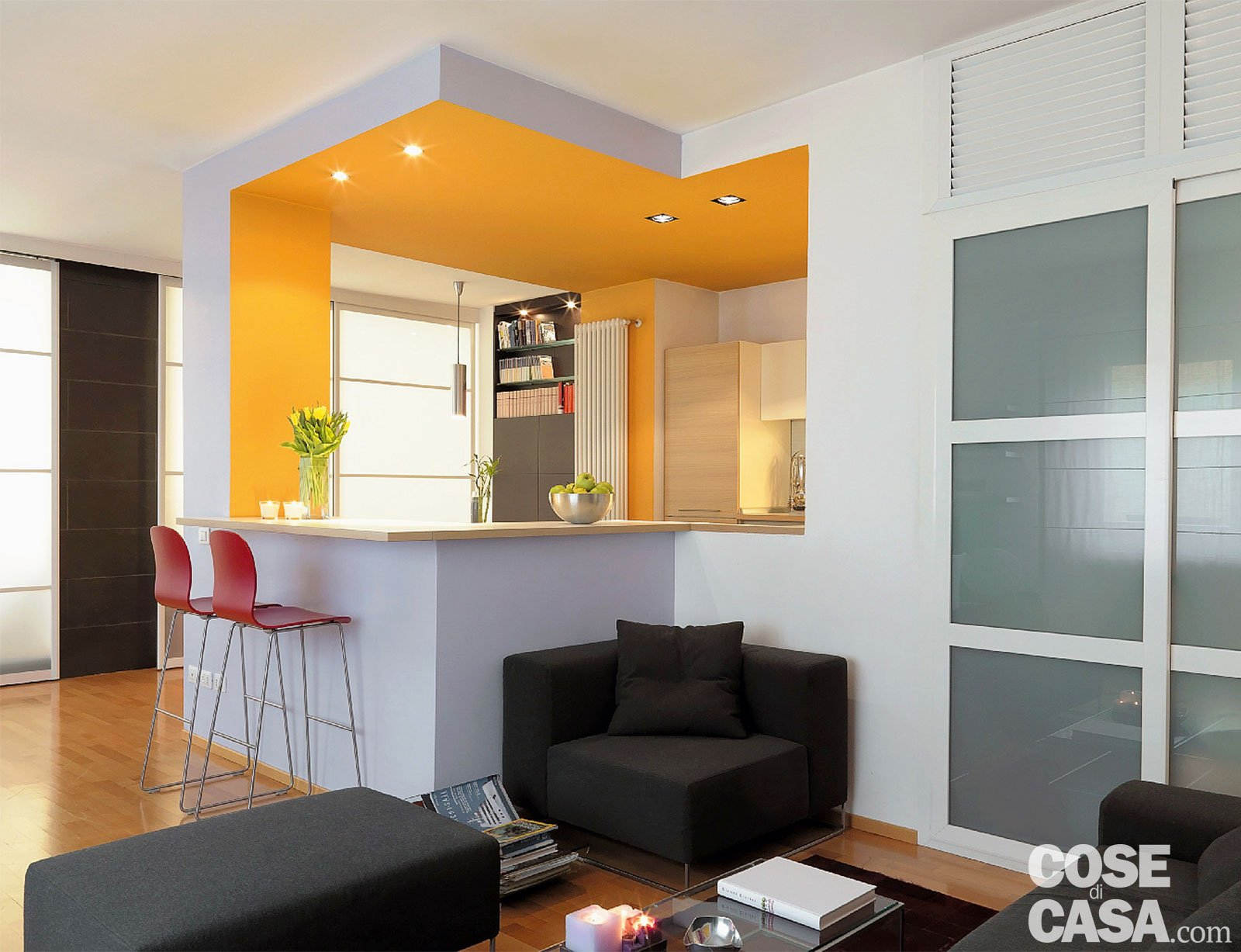 Vetrate scorrevoli dividono gli ambienti nella casa di 85 for Soggiorno cucina open space
