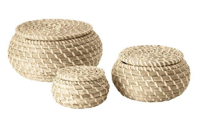 Sono fatti a mano i cestini del set Fryken di Ikea Italia Retail realizzati con piante erbacee che presentano variazioni di colore naturale. Di forma circolare, hanno differenti misure. Il più piccolo misura ø 10 x H 6 cm, il più grande ø 20 e H 10 cm. Prezzo 13,99 euro. www.ikea.it