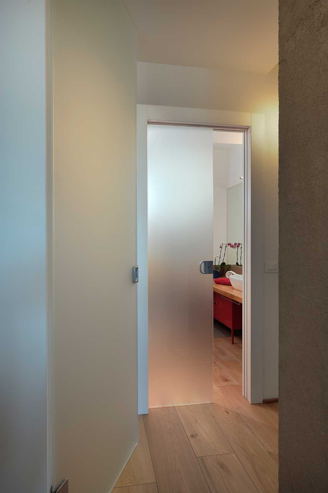 Come scegliere la porta scorrevole per il bagno cose di casa - Porta scorrevole vetro satinato ...