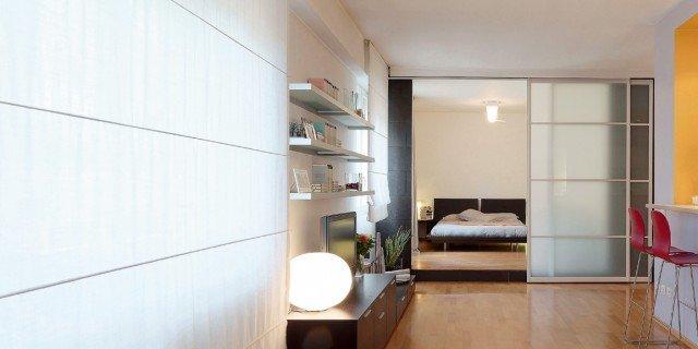 Vetrate scorrevoli dividono gli ambienti nella casa di 85 mq