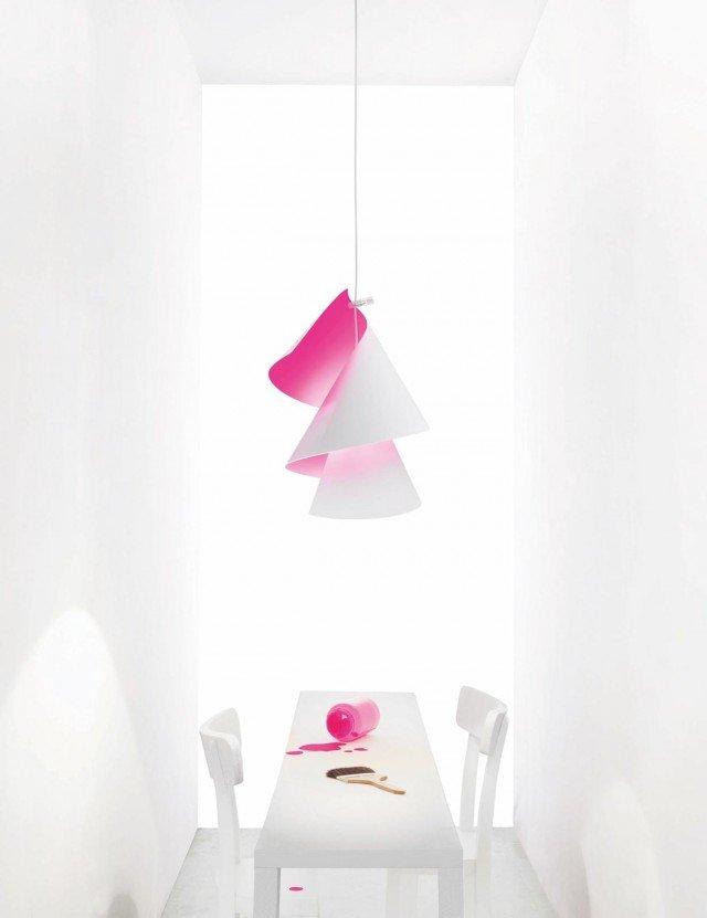 Willydilly Bon di Ingo Maurer ha la forma a spirale ed è realizzata in cartone bianco traslucido con la superficie interna rosa pink fluorescente. Può essere regolata in altezza ed è disponibile anche con l'interno arancione. Misura Ø 35 x H 50 cm. Prezzo 184euro per la versione base. www.ingo-maurer.com
