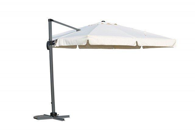 Ha struttura in ferro dark grey l'ombrellone Roma con telo cerato di color ecru. Misura L 350 x P 300 x H 300 cm. Costa 473 euro di Novità Home; www.novitahome.com