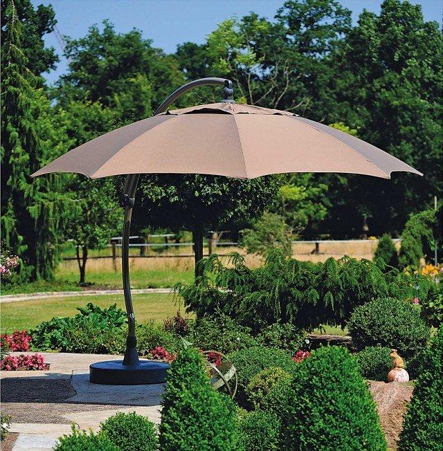 L'ombrellone decentrato Sungarden color tortora ha struttura portante in alluminio ed è adatto ad ampi spazi in giardino. Ha un diametro di 3,75 m e un'altezza di 3,05 m. Prezzo 1.290 euro di Leroy Merlin; www.leroymerlin.it