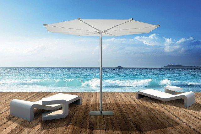 Di stile minimalista, il piccolo ombrellone di forma tonda Revo 3 ha il palo diviso in due parti e telaio in alluminio verniciato color inox. Il diametro è di 3 m. Prezzo 740 euro di Scolaro; www.scolaro-parasol.it