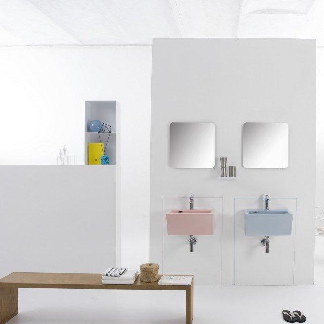 Può essere nei colori rosa e blu il lavabo in ceramica Block 50 di Xilon. Predisposto per ancoraggio a parete, ha vasca profonda 18 cm. Misura L 50 x P 35 x H 25 cm. Prezzo 550 euro. www.xilon.it