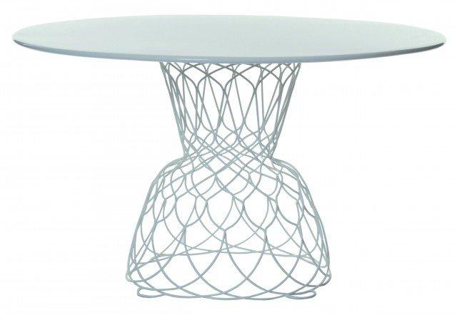 Il tavolo Re-Trouvé di Emu è in acciaio verniciato resistente ai raggi solari e alle intemperie; misura ø 130 x H 74 cm e costa 1.150 euro. www.emu.it