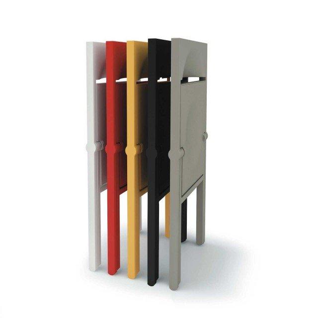 Le sedie pieghevoli Piana di Alessi sono in polipropilene riciclabile caricato con fibra di vetro, con superficie opaca antisdrucciolo; una misura L 46 x P 52 x H 78 cm (aperta) e L 46 x P 7 x H 90 cm (chiusa). Prezzo 160 euro.www.alessi.com