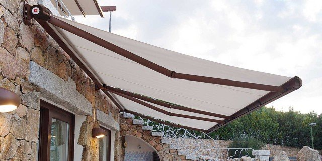 Tende ombrelloni e pergole per difendersi dal sole cose for Tende per pergolati