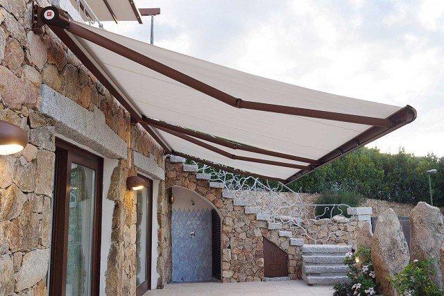 La tenda da sole a bracci cassonata totale R93 Elegance è ideale per la copertura dei balconi per una larghezza massima di 800 cm con una sporgenza di 350 cm. La verniciatura della struttura è effettuata con polveri poliestere. Nella misura L 360 x P 260 cm costa 1.551 euro di BT Group; www.btgroup.it