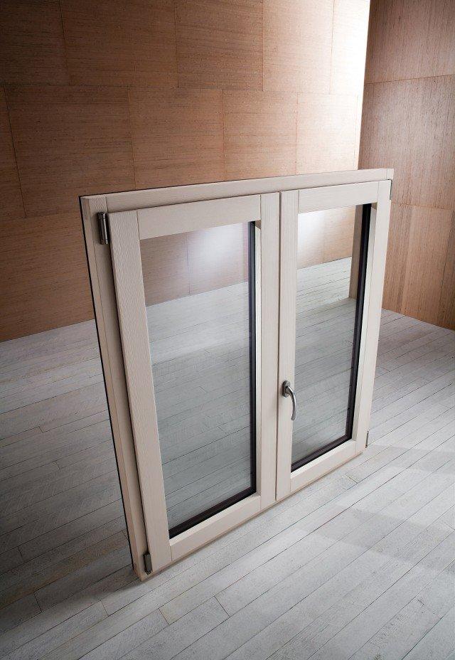 Sono dotate di vetrocamere da 28 mm le finestre per il risparmio energeticoLemix Philo di Gruppo EMK che raggiungono una trasmittanza termica di Uw 1,38 W/m²K. Nella tipologia a due ante hanno di serie 3 punti di antieffrazione. Godonodella detrazione fiscale al 65% esonodisponibili nell'essenza abete lamellare in svariate varianti di colore. L'esterno in alluminio è verniciato con polveri poliestere con effetti legno che possono essere anche marezzati e raggrinziti. Prezzo su richiesta. www.emkgroup.it