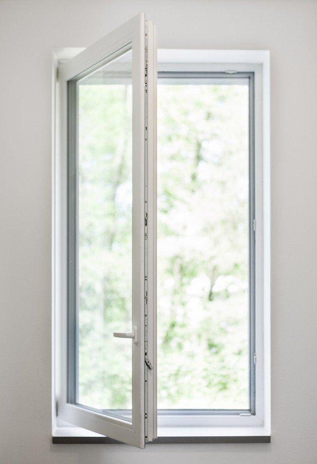 Ha 70 mm di spessore la finestra in PVC Zendow#neo di Deceuninck che beneficia della detrazione fiscale al 65%. La tecnologia Linktrusion consente di eliminare i rinforzi in acciaio all'interno della finestra sostituendola con rinforzi termici nel telaio e Thermofibra nell'anta. Riciclabile al 100%, questa finestra può raggiungere con vetri appropriati un Uw fino a 0,7 W/m²K. Realizzabile su misura. Prezzo su richiesta. www.deceuninck.it