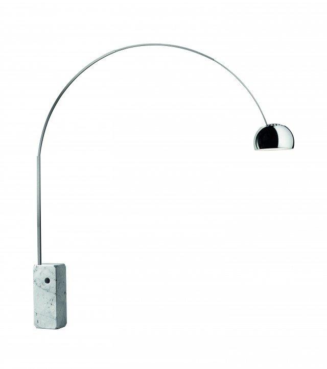 La lampada Arco,dotata di dimmer per regolare l'intensità di luce e prediposta per una lampadina da 70W E27 HSGSA/S, costa 1.950 euro. Di Flos (www.flos.com)