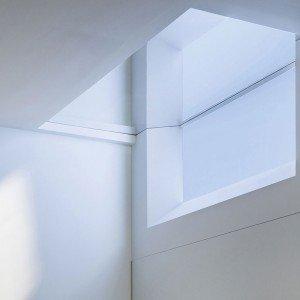 La finestra verticale quadrata Square di CoeLux® (www.coelux.com) grazie al sistema CoeLux® 45 HC ricrea l'effetto della luce calda e diretta del sole che illumina gli oggetti, insieme a quello della luce diffusa del cielo producendo indoor l'atmosfera tipica dell'outdoor.