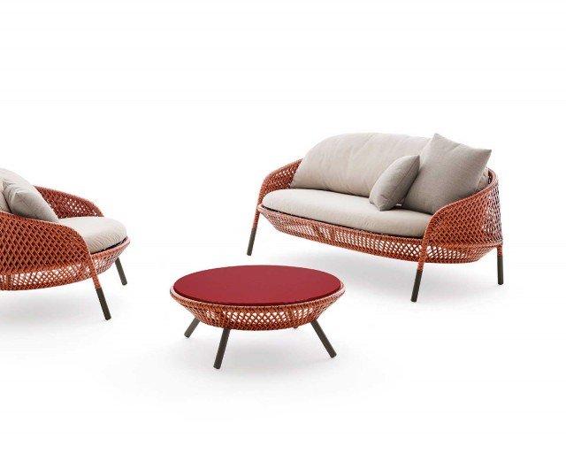 Della coll. Ahnda di Dedon il divano (a breve in produzione) e il tavolino sono realizzati con particolari corde Dedon® intrecciate a mano; il tavolino misura Ø 82 x H 31 cm e costa 1.070 euro. www.dedon.de/it/