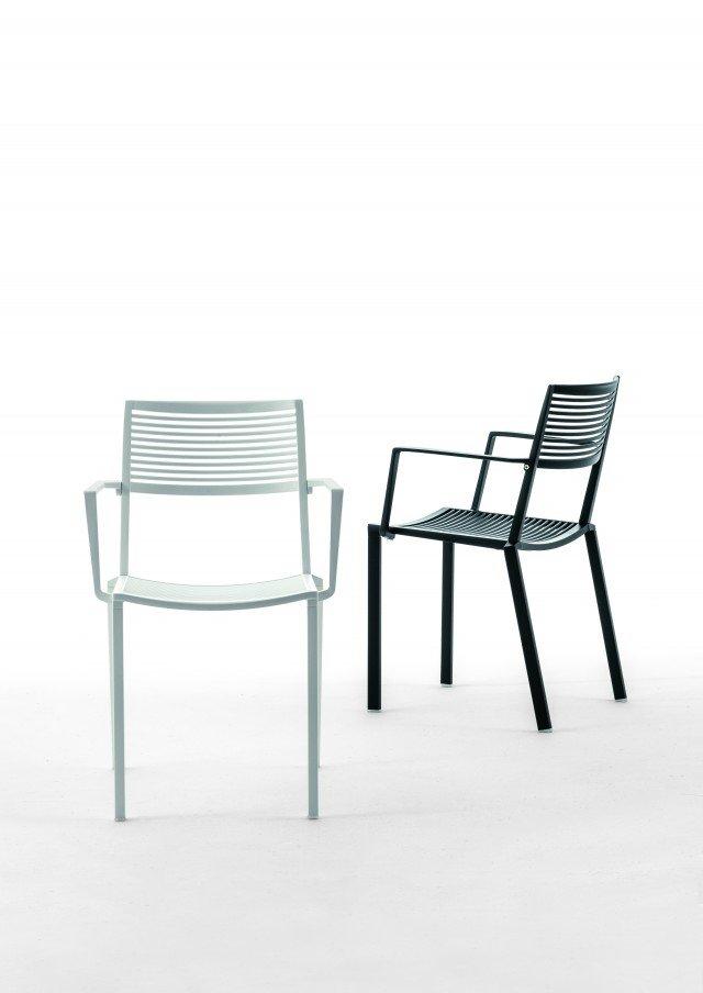 Con bracciolo, impilabile, la sedia in alluminio pressofuso Easy di Fast è disponibile in 8 colori; misura L 54 x P 52 x H 44/82 cm ed esclusa Iva costa 238 euro. www.fastspa.com