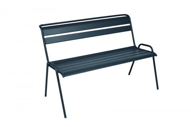 La panchetta Monceau di Fermob ha struttura e seduta, a doghe, in acciaio; in 23 colori, nella misura L 116 x P 60 x H 85 cm e costa 320 euro. www.fermob.com