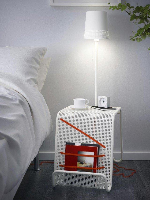 Tavolino, lampada e portariviste Permette di caricare il telefono, tenere in ordine le riviste e offrire la giusta luce per leggere il tavolino Ikea Ps in acciaio. Misura L 68 x P 38 x H 113 cm, costa 69,99 euro. www.ikea.it