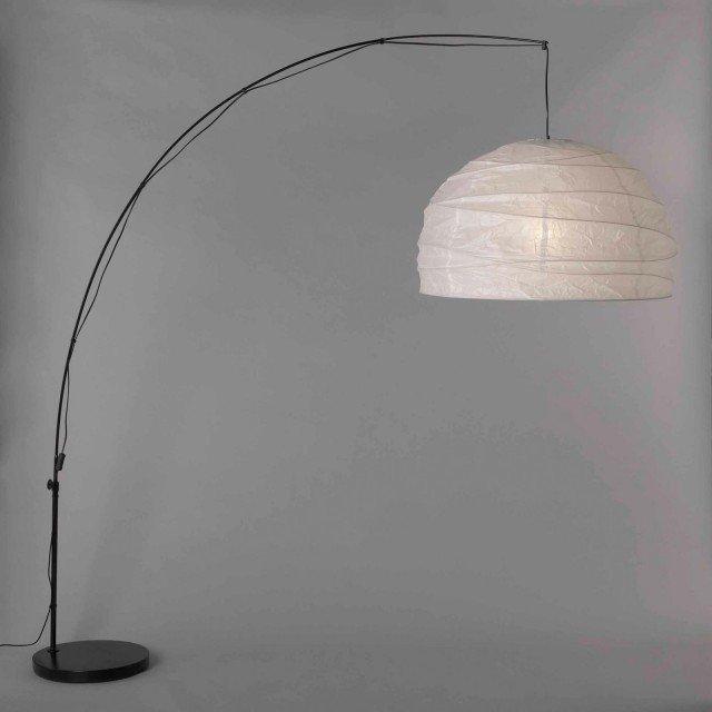 Oriental style, in carta vegetale La lampada da terra Regolit di Ikea ha il paralume in carta di riso e la struttura in acciaio rivestito a polvere; misura Ø 70 (paralume) x H 235 cm, il filo elettrico è lungo 218 cm; costa 54,99 euro.