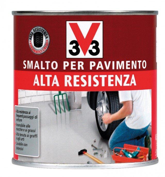 A base solvente, lo smalto V33 di Leroy Merlin è adatto per pavimenti interni ed esterni; la latta da 0,5 litri costa 16,90 euro.