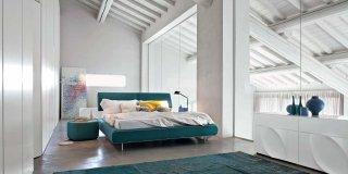letto Cloud di Tonin Casa con testiera reclinabile rivestita e comodino Teeny con finitura in tessuto