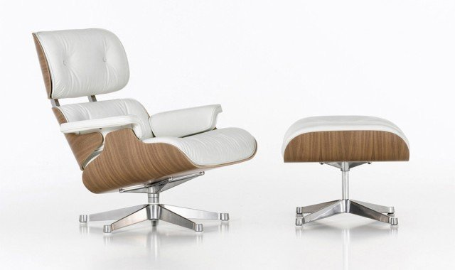Lounge Chair & Ottoman Anno: 1956 Design: Charles & Ray Eames Produttore: Vitra • Il design di quest'icona anni '50 nasce come variante moderna delle poltrone dei club inglesi. La chaise-longue, completa di poggiapiedi, viene proposta in tante finiture, ma la più diffusa resta quella in pelle; la scocca di schienale e seduta è in legno.