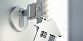 Una casa anti-furto con porte blindate, finestre di sicurezza e allarmi