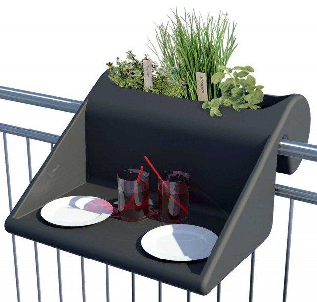 Il mini tavolino-fioriera Balkonzept di Rephorm, adatto a veloci aperitivi open air, è in vendita da www.madeindesign.it, e si può ancorare su qualsiasi balaustra; in polietilene riciclato misura 60 x 60 x H 35 cm. Prezzo155 euro. www.re