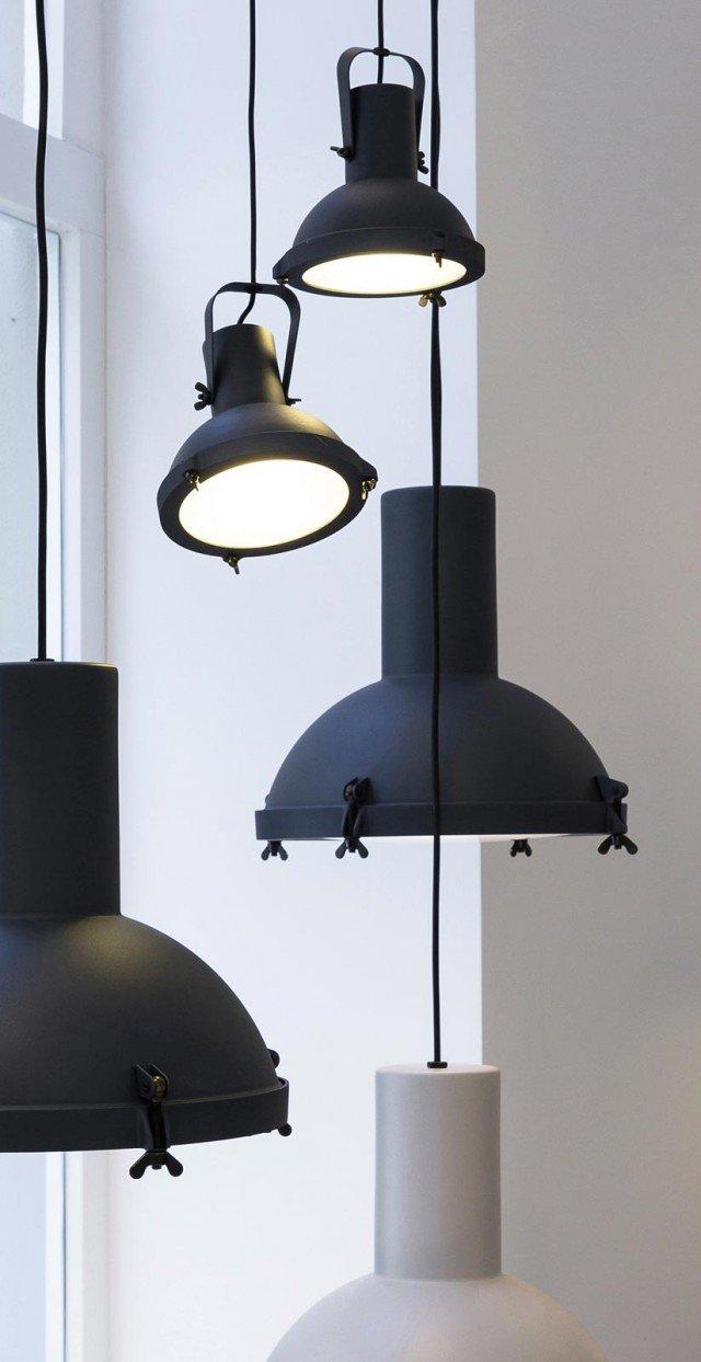 Fonti luminose anche orientabili Projecteur 365 e la versione Mini orientabile di Nemo Lighting sono in alluminio verniciato, il vetro diffusore è bombato e sabbiato internamente. Nella versione più piccola con proiettore di misura Ø 17 x H 16 costa 176,90 euro. www.nemolighting.com