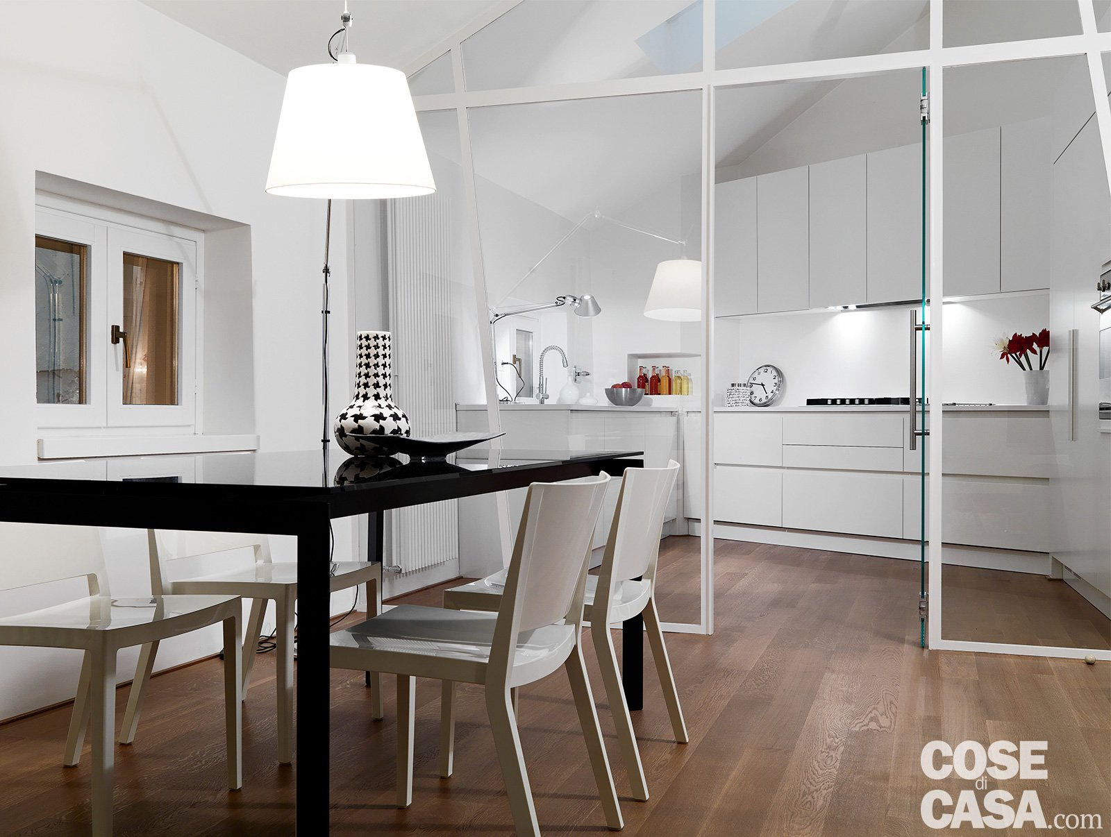 95 mq con cucina chiusa da parete vetrata di taglio diagonale cose di casa - Separazione cucina soggiorno ...