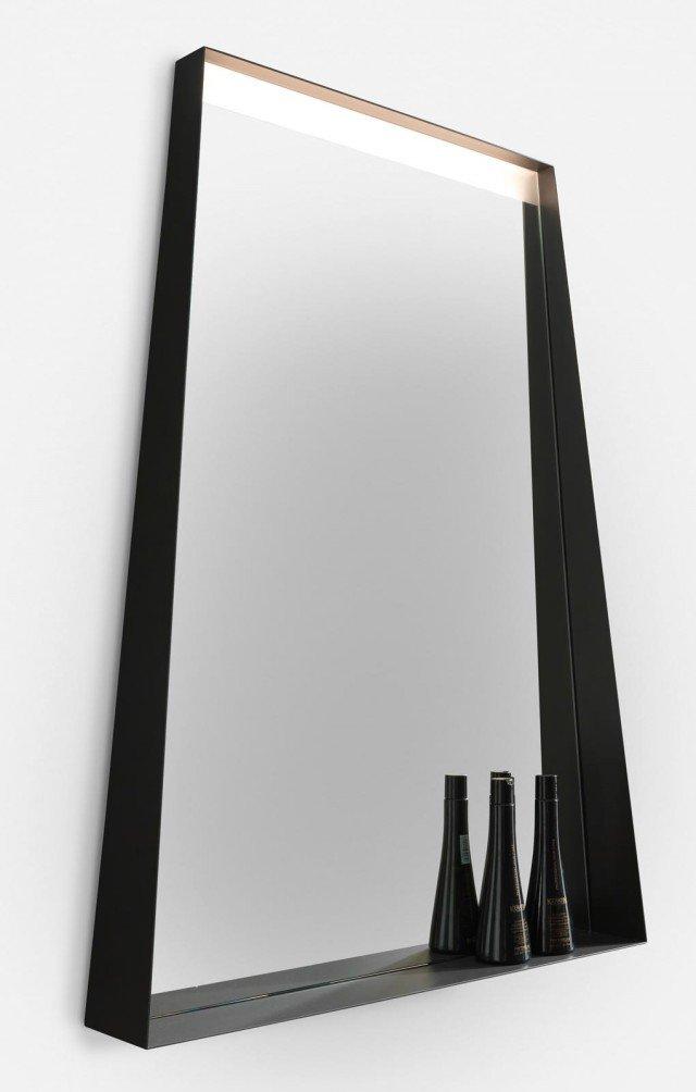 La luce? È incorporata Completo di fascia satinata retro-illuminata a led, lo specchio Ercole di Archeda con mensola misura L 70 x P 5/11 x H 93,5 cm. Costa 492 euro, Iva esclusa. www.archeda.eu