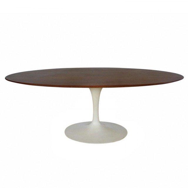 Saarinen Dining Table Anno: 1957 Design: Eero Saarinen Produttore: Knoll • Il tavolo da pranzo, icona degli anni '50, sostituisce le gambe con l'elegante base centrale a stelo su cui poggia il piano, ovale o rotondo. Il modello è proposto in numerose varianti di materiali e finiture.