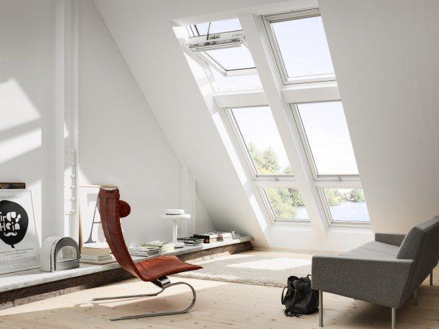 CFP, finestre per tetti piani, fisse di Velux –elettriche e con vetro bassoemissivo – portano luce e ventilazione negli ambienti con tetti piani, trasformando gli spazi bui in stanze luminose e confortevoli. Sonoperfette sia per gli ambienti di lavoro, sia per i locali residenziali con tetto piano.Il basamento in PVC estruso bianco (RAL 9010) è completo di battentee vetrata standard bassoemissiva (cod. 0073U) o vetrata isolante antieffrazione (cod. 0073Q). Quest'ultima è dotata di viti antintrusione, di cornice e catena rinforzati. Il basamento è fisso e non può essere aperto per la ventilazionee/o per l'accesso al tetto.Prezzo:638,00 euro + IVA (nella misura 60 x 60 cm).