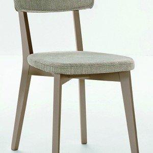Il prezzo è di 4 sedie Lilly di Mondo Convenienza con struttura effetto legno e seduta e schienale in tessuto color tortora. Una misura L 43,5 x P 55x H 82 cm. € 172 *