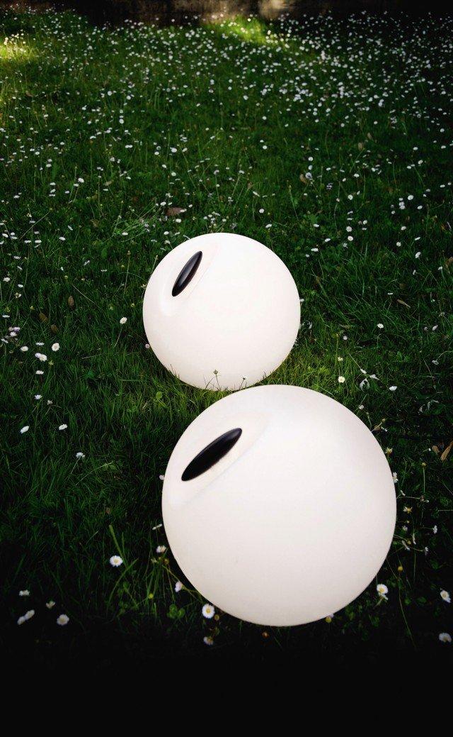 Per interni ed esterni, con grado di protezione IP54, Bowl di Martinelli Luce ha il diffusore in polietilene bianco e il cavo arancione lungo 300 cm, ha Ø 35 cm; costa 204,94 euro. www.martinelliluce.it