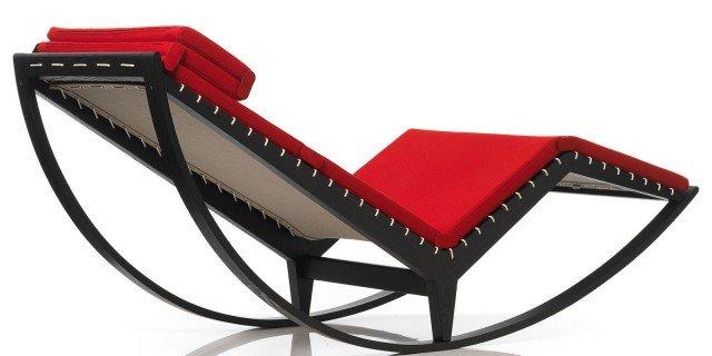 Una sedia a dondolo per arredare il soggiorno o la camera