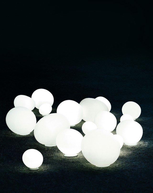 La lampada da appoggio Gregg Outdoor di Foscarini è in polietilene e monta lampadine fluorescenti. È disponibile in tre misure X-large L 59 x H 51 cm, grande L 47 x H 40 cm, media L 31 x H 27 cm; in versione base costa 229 euro. www.foscarini.com