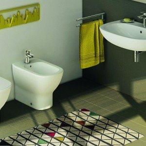 Della collezione in ceramica Tesi di Ideal Standard, il lavabo sospeso (L 65 x P 50 cm) con sifone cromato costa 303 euro, il vaso (L 36,5 x 53,5 cm) 298 euro, il bidet (L 36,5 x 53,5 cm) 186 euro. I rubinetti della serie Ceramix costano 123 euro l'uno. € 1.033