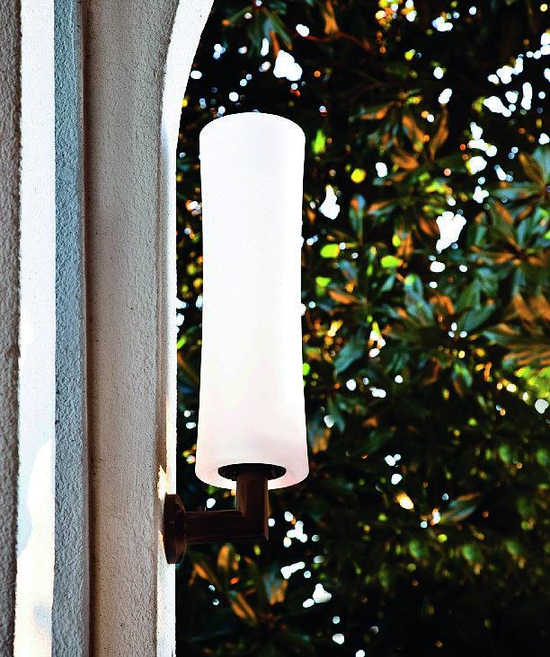 Con sorgente led, IP65, Takè Open Air di Lumen Center ha il diffusore in polietilene bianco opale; misura L 12,5 x P 16 x H 42 cm e in versione base costa 195 euro. www.lumencenteritalia.com