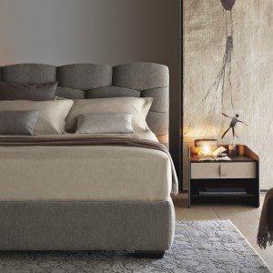 Di Flou, letto Majal, design Carlo Colombo, con rivestimento tessile completamente sfoderabile e con la preziosa testata a intreccio.