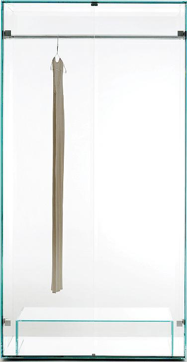 In cristallo trasparente extralight temperato, Prism di Glas Italia ha la base a specchio. La barra porta abiti e le ferramenta sono in acciaio lucido. Misura L 100 x P 60 x H 195 cm. Costa 5.978 euro. www.glasitalia.com