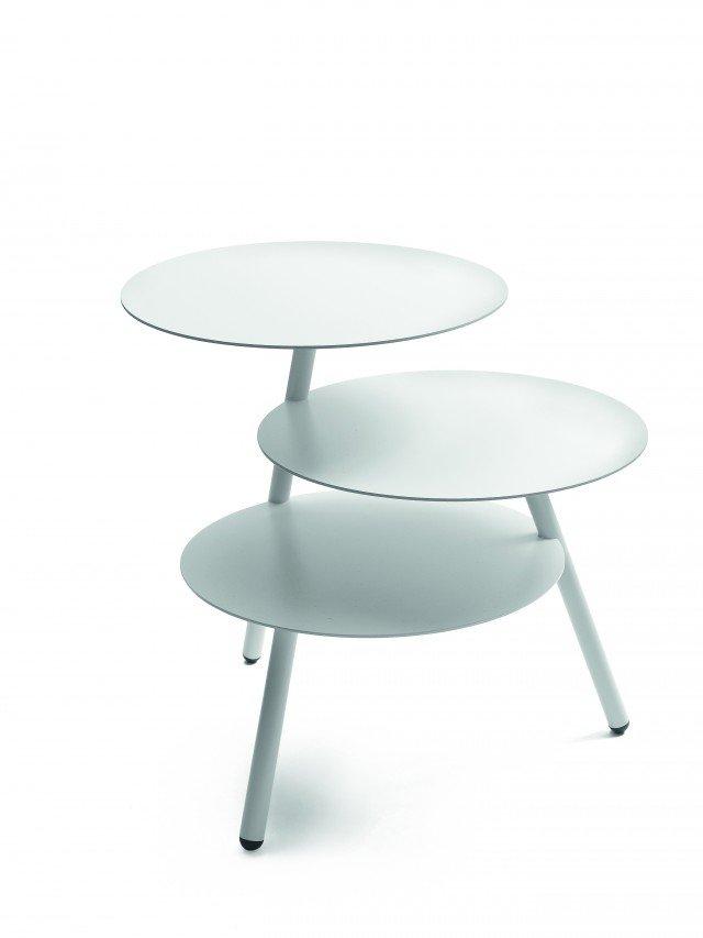 Con tre piani sfalsati, il tavolino Trio di Pulpo in acciaio laccato misura Ø 36 x H 45 cm. € 199* www.lovethesign.com