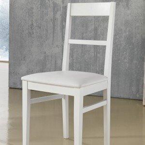 Sigma di Max Home ha struttura e schienale in faggio, seduta in ecopelle. È disponibile nei colori bianco e tortora. Misura L 44 x P 39 x H 92 cm. € 88*