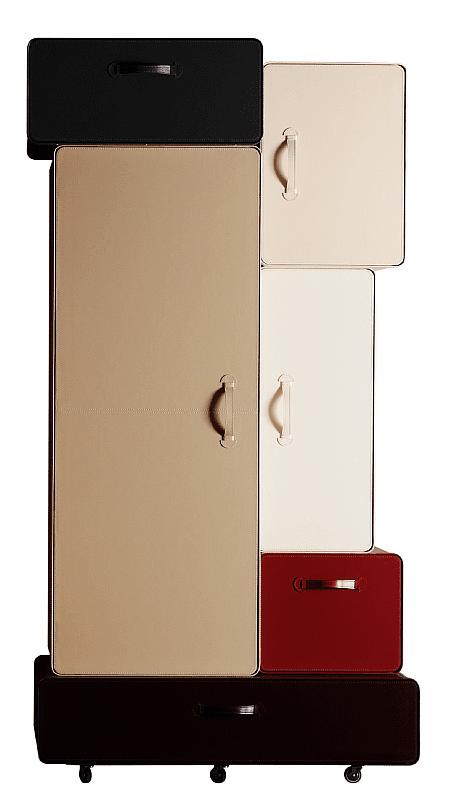 Composto da moduli a forma di valigia rivestiti in cuoietto Valises di Casamania è proposto nelle tonalità del verde, dell'azzurro e del beige. Misura L 118 x P 70 x H 210 cm. www.casamania.it