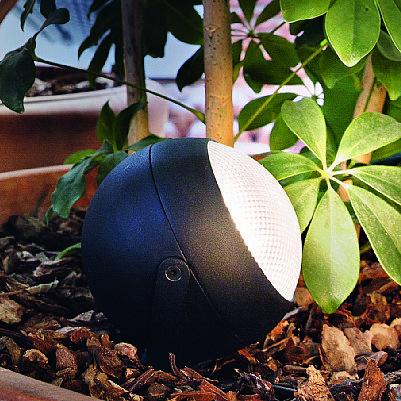 Zenith PT1 Small di Ideal Lux ha la montatura in fusione d'alluminio verniciata a polveri, il corpo luce posizionabile e il diffusore in materiale plastico; misura Ø 12 x H 30 cm; IP44 e costa 59 euro. www.ideal-lux.com/it