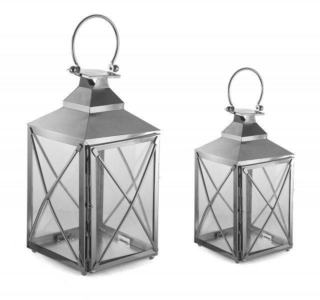 La lanterna Navy di Novità Home è in metallo cromato e vetro e misura 20 x 20 x H 42 cm; il set da due costa 68 euro. www.novitahome.com