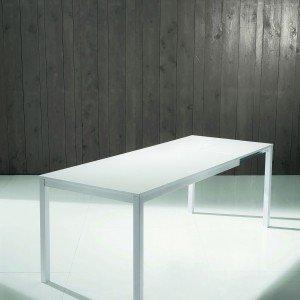 Allungabile, il tavolo Mago di Bontempi Casa ha la struttura in acciaio laccato e il piano in melaminico.Misura L 140/200 x P 80 x H 75 cm. € 713*