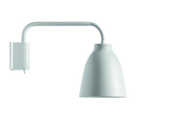 Può essere ruotata di 180 gradi la lampada da parete Caravaggio di Lightyears in acciaio, si regola anche la direzione del paralume. Misura Ø 14 x H 20,6 cm. € 268*