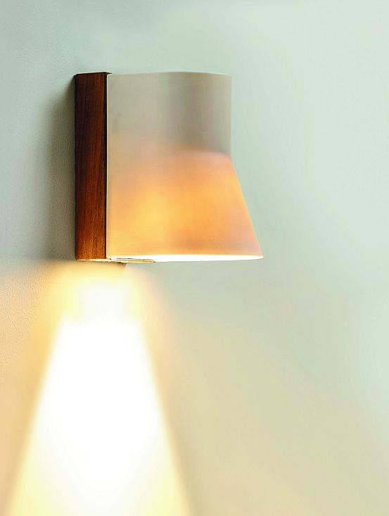 A led, Beacon di Royal Botania è in legno di teak classe A e porcellana di alta qualità; misura L 10,5 x P 11 x H 15,5 cm e costa 463,60 euro. www.duemmegarden.it