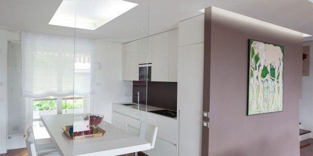 """Cucina bianca: le diverse soluzioni di 3 case """"vere"""""""