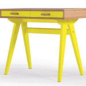 Doppia finitura - impiallacciato rovere e laccato giallo - per la scrivania Ministroller di Made.com. Misura L 85 x P 80 x H 71 cm. € 299*